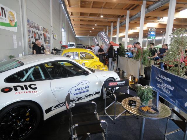 Ein weißer Porsche GT3RS mit Wena-Aufdruck.