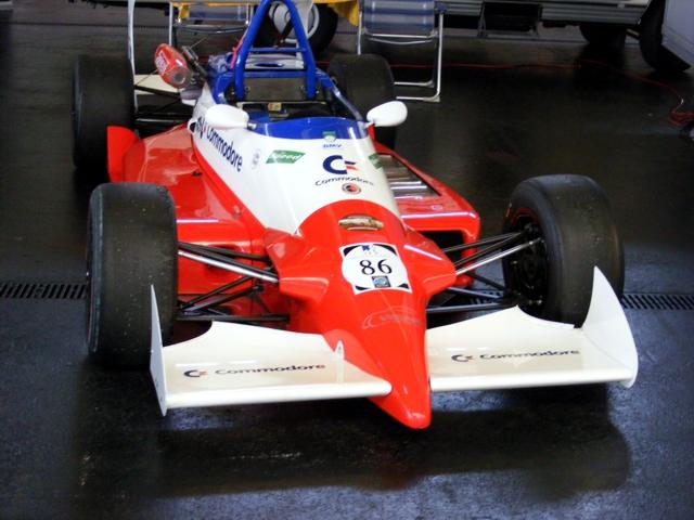 Ein klassischer Formel V Rennwagen in den Farben Rot, Weiß und Blau.