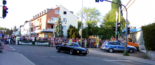 Ein schwarzer Porsche 914 im Kurvenausgang.